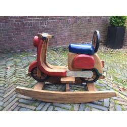 Vespa hobbelscooter / schommel van massief hout uit 1985 (collector's item)